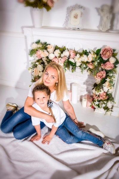 Фото мама и дочь у камина