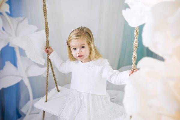 Семейная фотосессия: Фото девочки на качелях