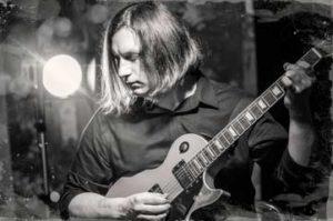 Горизонтальная черно белая фотогорафия гитариста