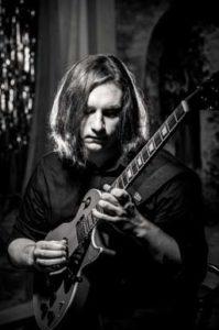 Чёрно-белый снимок с гитарой